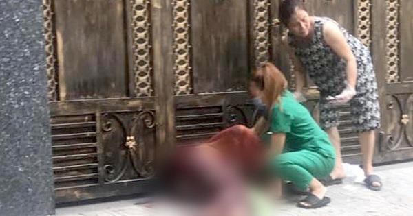 Kinh hoàng clip gã thanh niên dùng dao đâm túi bụi bạn gái, sau đó bị đúng con dao găm trúng người tử vong