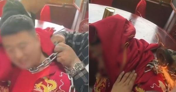 Chú rể bị bạn thân đeo xích sắt vào cổ rồi làm mất chìa khóa trong ngày cưới, gia đình phải lấy cưa máy ra giải cứu để còn động phòng