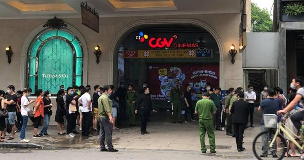 NÓNG: Cháy ô tô dưới tầng hầm Tràng Tiền Plaza, nhiều người dân hoảng hốt