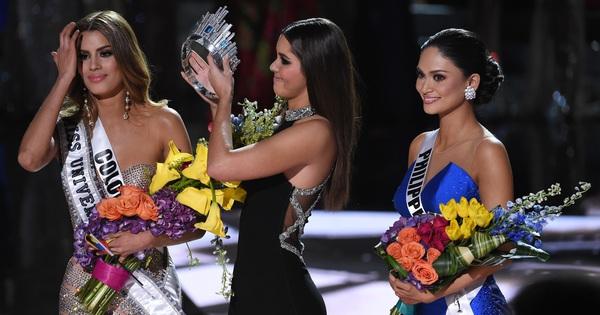 Năm Phạm Hương thi, Miss Universe từng xảy ra sự cố chấn động cả thế giới, Á hậu bật khóc trao lại vương miện cho Hoa hậu
