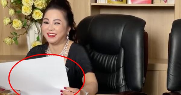 Mỗi lần livestream, đại gia Phương Hằng lại phải in comment của cư dân mạng ra giấy để... đọc cho rõ