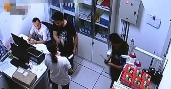 Nam nhân viên an ninh đòi lục soát túi bé gái vì nghi ăn cắp, người mẹ xử trí khiến mọi người cứng họng, sự thật sau đó càng gây ngỡ ngàng