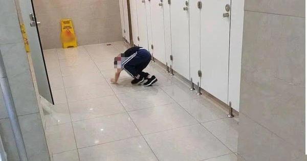 Dắt con trai 5 tuổi vào toilet nữ lúc đông người, được hỏi lý do thì người mẹ phản pháo 1 câu ai nghe cũng phẫn nộ