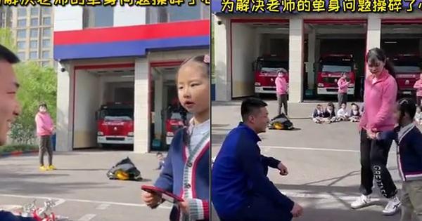 Đi thăm sở cứu hỏa, bé gái 'đẩy thuyền' cho cô giáo và anh lính đẹp trai, bõ công cô dạy dỗ bấy lâu