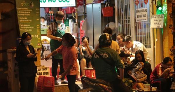 KHẨN: Từ 18h hôm nay, TP.HCM tạm dừng lễ hội, nghi lễ quy mô 20 người trở lên; quán ăn uống nhỏ và vừa chỉ bán mang đi
