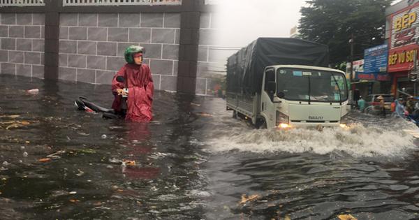 TP.HCM: Mưa lớn kéo dài khiến nhiều tuyến đường ngập nặng, người dân bất lực với phương tiện chết máy