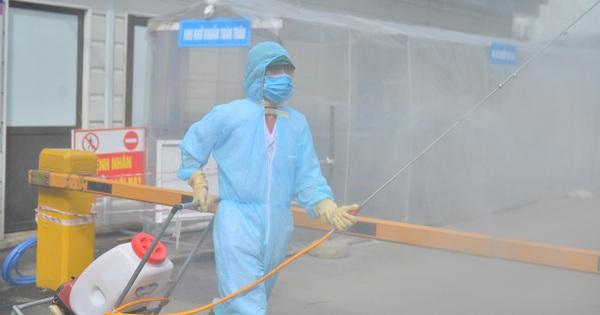 Ảnh: BV Đa khoa huyện Thạch Thất phun khử khuẩn, tạm dừng tiếp nhận bệnh nhân do liên quan ca mắc Covid-19