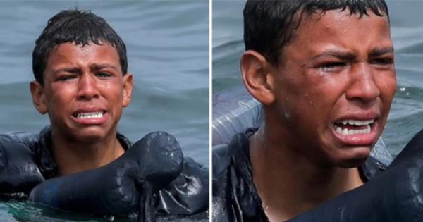 Khoảnh khắc cậu bé di cư bật khóc giữa biển nước mênh mông, dùng chai nhựa để bơi đến miền đất hứa gây chấn động thế giới