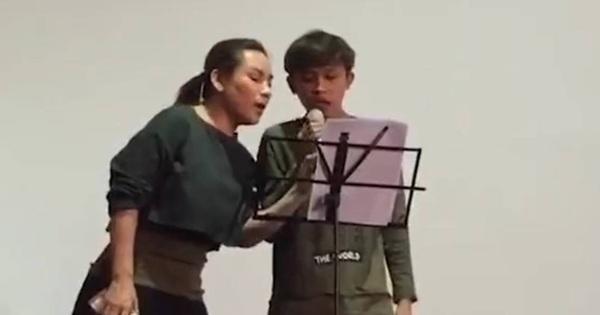 Clip: Phi Nhung ân cần dạy hát cho Hồ Văn Cường, liệu lời tố mẹ nuôi ''bóc lột'' con có đúng?
