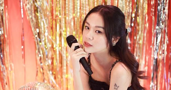 Clip độc quyền: Phí Phương Anh hát live lần đầu tiên kể từ khi làm ca sĩ, rất là xinh luôn nhưng giọng hát thế nào?