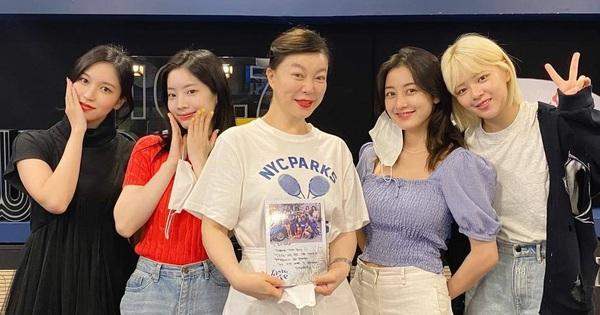 TWICE bất lực vì không thể xoá tiếng JYP ra khỏi bài mới, fan nhanh trí ''đá'' ra giùm và kết quả khác biệt!
