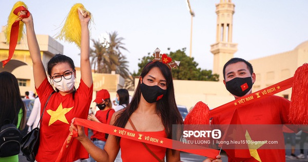 Fan Việt Nam xếp hàng dài vào sân, xóa tan nghi ngờ Hoàng tử UAE mua hết vé