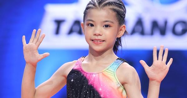 Ngỡ ngàng trước cơ bụng 6 múi của cô bé 9 tuổi trên truyền hình!