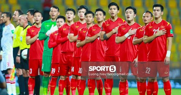 Ai cũng đang tìm: Clip tuyển Việt Nam hát Quốc ca đầu trận quyết đấu với UAE
