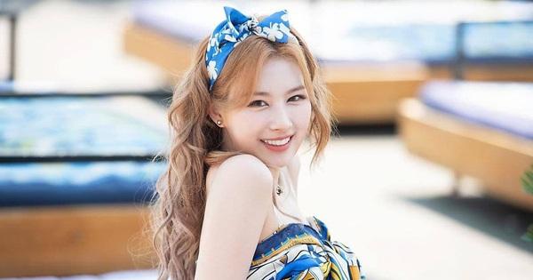 Clip: Sana (TWICE) bất ngờ đá bay một lọn tóc giả khi đang diễn nhưng biểu cảm của Nayeon mới gây chú ý