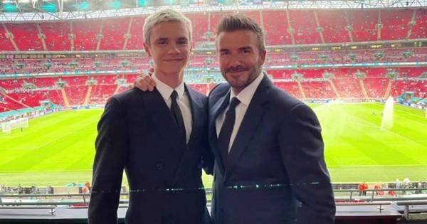 Bố con David Beckham lên đồ suit bảnh bao và nam tính ngời ngời, ai ngờ visual ông bố U50 ''đè bẹp'' cả cậu ấm 18 tuổi