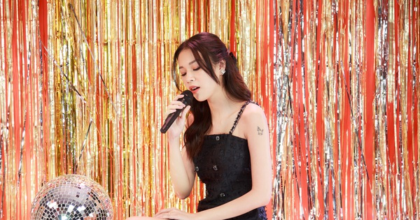 Phí Phương Anh chia sẻ cảm giác lần đầu hát live: ''Cánh tay run cầm cập, không cầm chắc được micro''