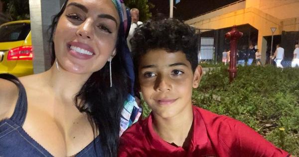Georgina 'vượt ngàn dặm' tới sân tiếp lửa cho Ronaldo trong trận chiến sinh tử, chọn nơi nghỉ lại tinh tế để được gần bạn trai nhất có thể