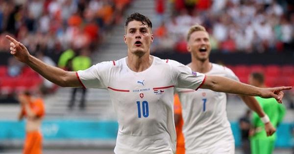 Hậu vệ trụ cột trở thành tội đồ, ăn thẻ đỏ tai hại khiến Hà Lan phải dừng bước ở vòng 1/8 Euro 2020