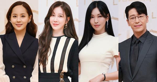 Dàn sao Penthouse 3 đổ bộ họp báo ra mắt phim: Lee Ji Ah xinh như mộng, đôi gà bông dính nhau sát rạt