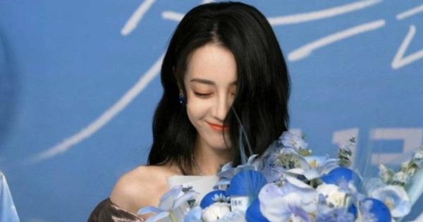 Địch Lệ Nhiệt Ba lộ diện giữa scandal phá thai, đẹp xuất sắc như nàng thơ nhưng liên tục che mặt vì lí do bất ngờ