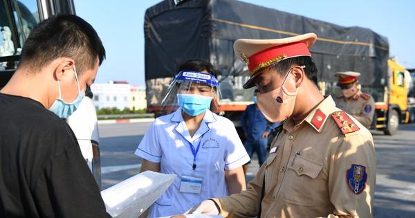 Chùm ảnh: Các chốt kiểm soát tại cửa ngõ Hà Nội bắt đầu hoạt động, nhiều tài xế phải quay đầu vì đến từ vùng dịch
