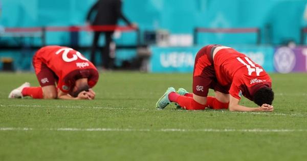 Cầu thủ Thụy Sĩ suy sụp, bật khóc nức nở sau thất bại nghiệt ngã trước Tây Ban Nha