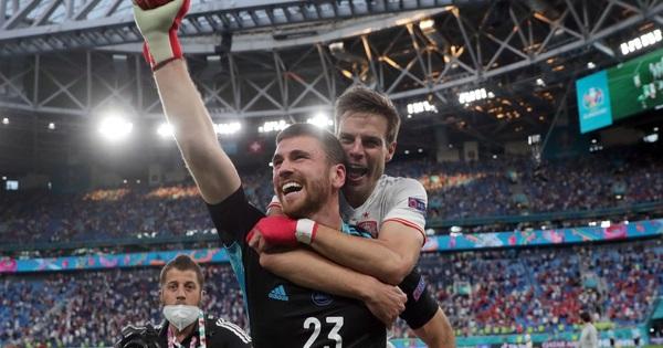 Thủ môn điển trai người Tây Ban Nha sử dụng tuyệt chiêu của Đặng Văn Lâm để khiến đội tuyển Thụy Sĩ ôm hận