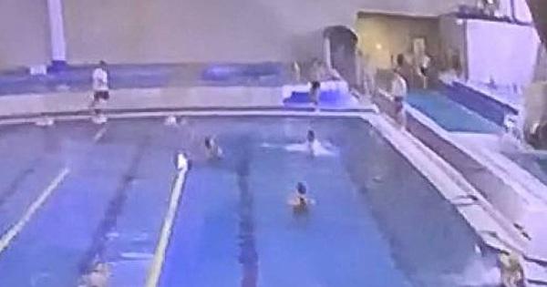 Bố dắt con gái vào hồ bơi rồi cùng nhau làm một điều mà ai nấy cũng phẫn nộ phải gọi ngay bảo vệ, cách xử lý sau đó càng khó hiểu