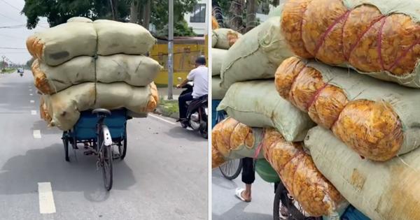 Thấy cảnh món ăn vặt quen thuộc ở Việt Nam được chất đầy trên xe xích lô, dân mạng hốt hoảng: Từ nay nên ăn nữa không?