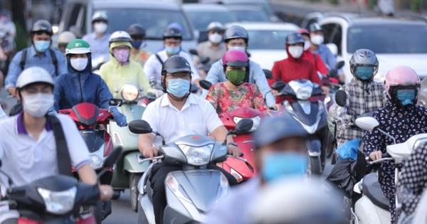 Ảnh: Đường phố Hà Nội tấp nập ngày đầu tuần dù đang giãn cách xã hội theo Chỉ thị 16