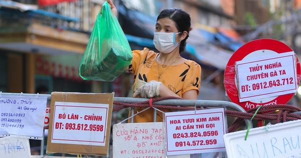 Ảnh: Biển quảng cáo treo kín hàng rào trong khu 'chợ nhà giàu' tại Hà Nội, giãn cách xã hội nhưng 'alo là có hàng'