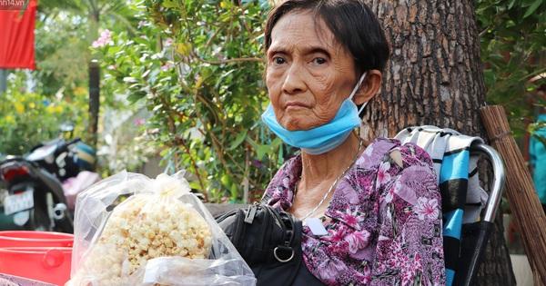 Cụ Hường 25 năm bán chè nuôi con ở Sài Gòn, nổi tiếng với tấm bảng 'xin quý khách vui lòng nói giúp' đã qua đời vì COVID-19
