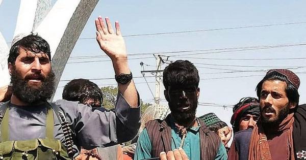Sốc với cảnh 2 người đàn ông bị quấn thòng lọng trên cổ, dẫn đi diễu phố tại Afghanistan