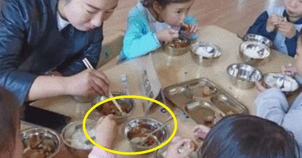 Đóng tiền ăn 3 triệu cho con, người mẹ khóc hết nước mắt khi chứng kiến hình ảnh căn bếp