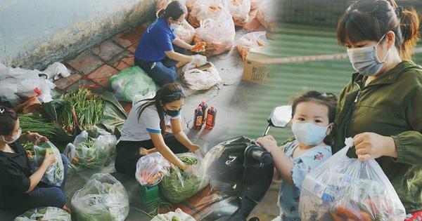 Người dân khó khăn ở Sài Gòn gọi điện, nhóm bạn trẻ liền 'đi từng ngõ, gõ cửa từng nhà' để tặng rau củ, sữa tươi