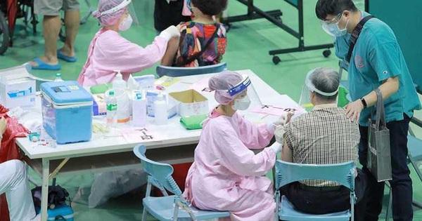 Uống gần 5 lít nước mỗi ngày sau khi tiêm vắc xin Covid-19 Moderna, người đàn ông Đài Loan ho liên tục, nhập viện vì tràn dịch màng phổi
