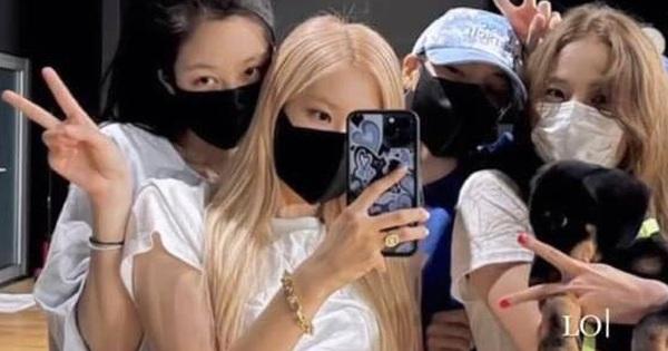 Lâu lắm BLACKPINK mới đăng ảnh chụp chung, kỷ niệm 5 năm debut có thêm 1 thành viên nhưng Lisa bị soi nhiều nhất vì quá đáng ngờ!
