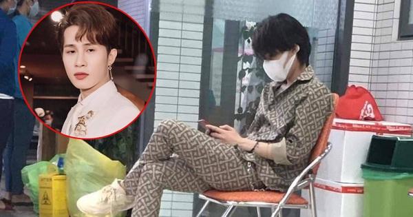 Nghi vấn Jack lộ diện giữa bão drama: Ăn vận đồ hiệu bịt kín mít, trầm lắng ngồi cầm điện thoại?
