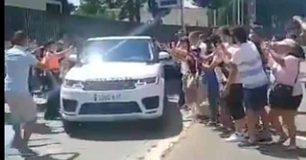 Messi lái xe sang Range Rover chở 'nóc nhà' rời buổi chia tay, fan Barcelona bịn rịn bám theo níu giữ những khoảnh khắc thiêng liêng cuối cùng