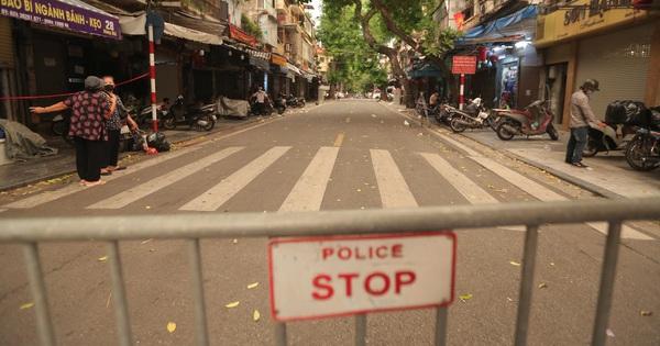"""Lực lượng chức năng lập 2 chốt, phố Hàng Mã """"vắng tanh như chùa bà Đanh"""" trước đêm Trung thu"""