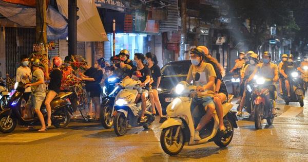 Đêm cuối cùng giãn cách xã hội, người lớn trẻ nhỏ đổ lên phố cổ chơi Trung thu