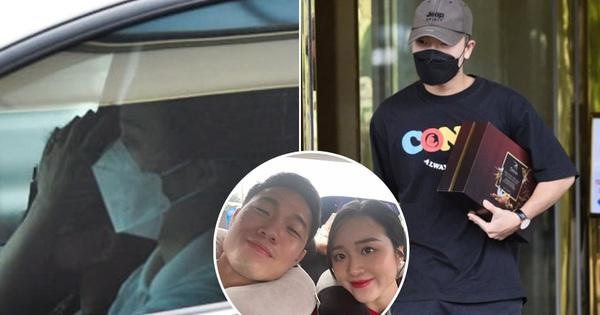 Vợ Xuân Trường lần đầu lộ diện sau vụ bị netizen nhận xét lạnh lùng với chồng: Thái độ có như trước đây?