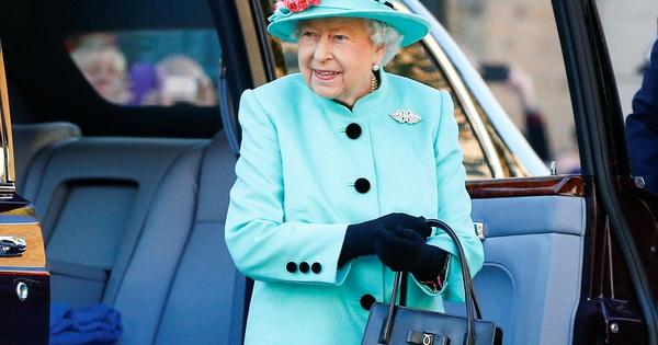 Ẩn ý trang phục của nữ hoàng Anh: Di chuyển nhẹ chiếc túi xách mà cũng khiến người ta sợ hãi!