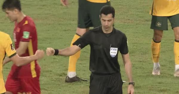 Xôn xao khoảnh khắc trọng tài đập tay với cầu thủ Australia khi kết thúc trận đấu: Chuyện gì đây?