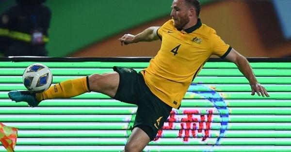 Cầu thủ Australia để bóng chạm tay: 'Bóng đập vào ngực tôi'