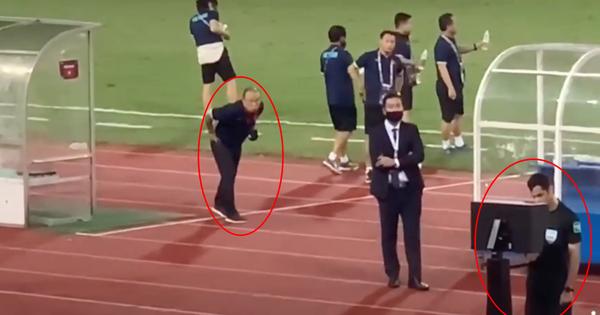 Clip: Bắt gặp thầy Park nhìn 'trộm' khi trọng tài check VAR, biểu cảm 'cho tui xem với' cute ngất trời