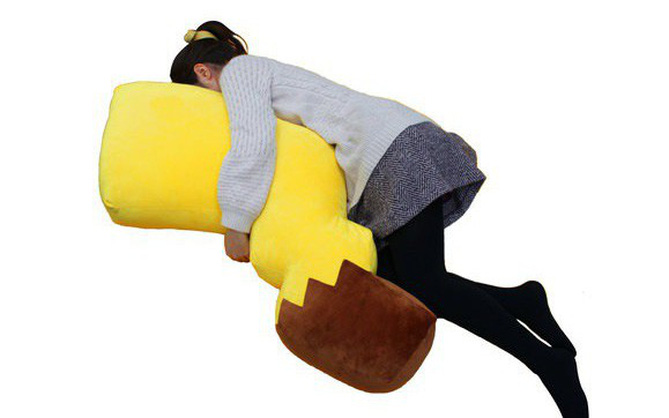 Mùng 1 Tết rồi, giá mà hội F.A có cái đuôi Pikachu khổng lồ này để ôm cho sướng