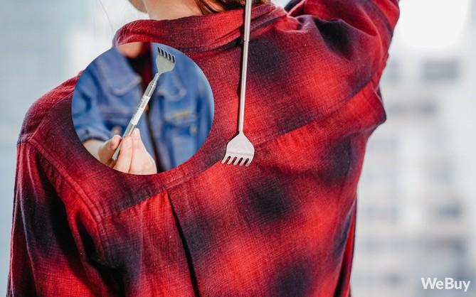 """Gãi ngứa thanh lịch với dụng cụ """"cào lưng"""" nhìn như cây bút mực nằm gọn trong túi áo"""