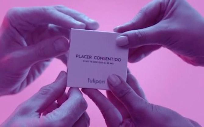 """Xuất hiện loại bao cao su """"hợp tác song phương"""", bắt buộc phải đủ 4 bàn tay mới mở được hộp"""